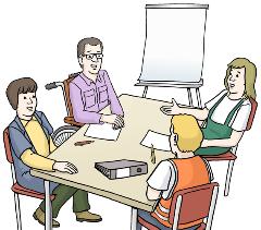 Menschen sitzen am Tisch und sprechen